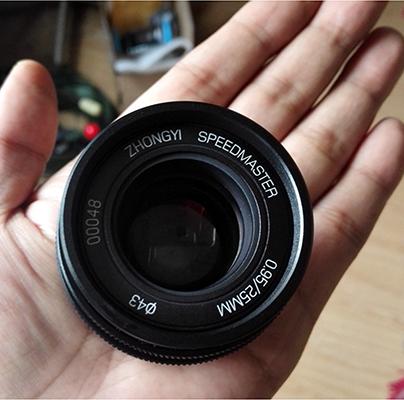 Mitakon 25mm f/0.95, Lensa Cepat & Terjangkau